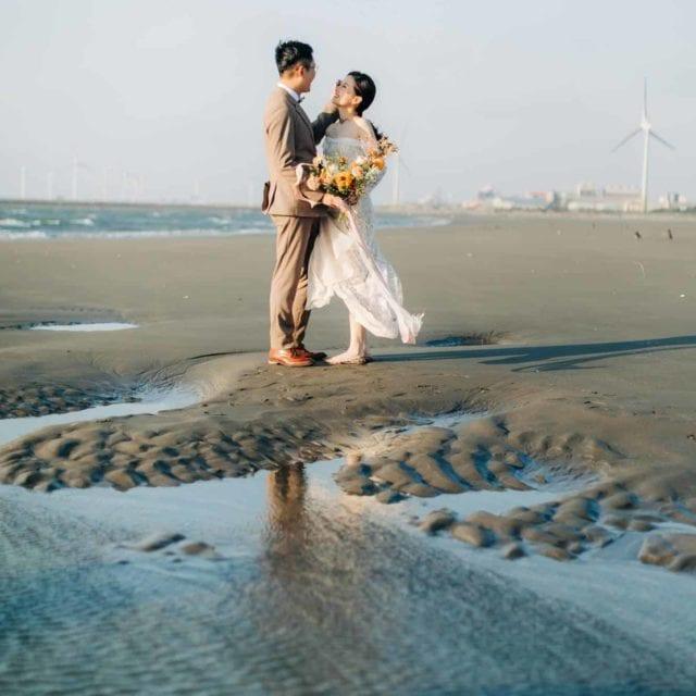 在顏氏牧場和優美的 海灘 ,替Wiki和Diane拍攝了這組 夏日 海灘 美式婚紗 ,除了顏氏牧場內的美景,黃昏時伴隨著美麗的夕陽和 煙火 ,兩人漫步在 沙灘 上,一起玩著 仙女棒 , 享受只屬於他們的約會片刻,也在最後替兩人拍攝了美麗的 煙火 婚紗